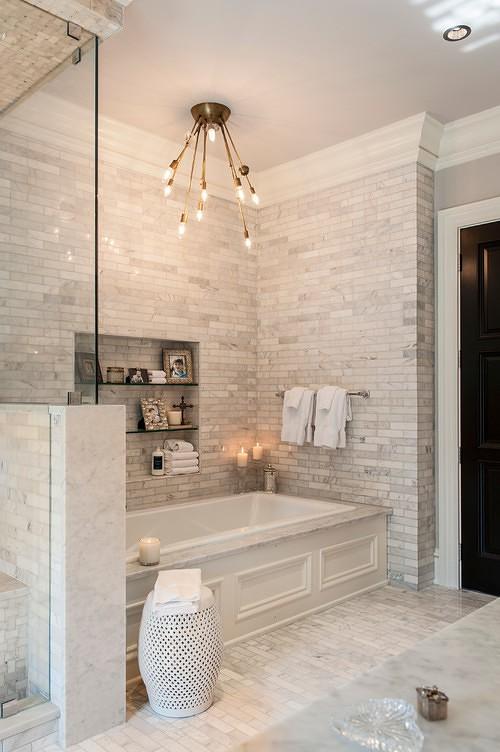 חדר אמבטיה מעוצב עם אריחים בהירים