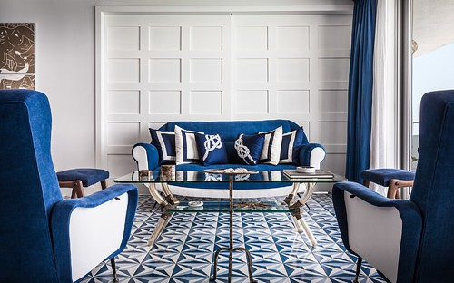 ספה ושטיח בצבעים תואמים