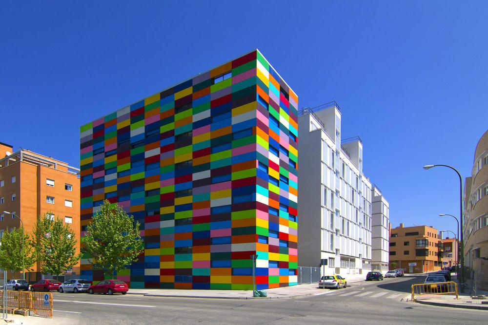 בניין שנבנה בבנייה קלה ומעוצב בסגנון עכשווי ומתקדם
